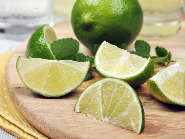 Pek Buatan Sendiri Untuk Mendapat Siku Yang Lebih Adil Menggunakan Lemon, Baking Soda & Air Mawar