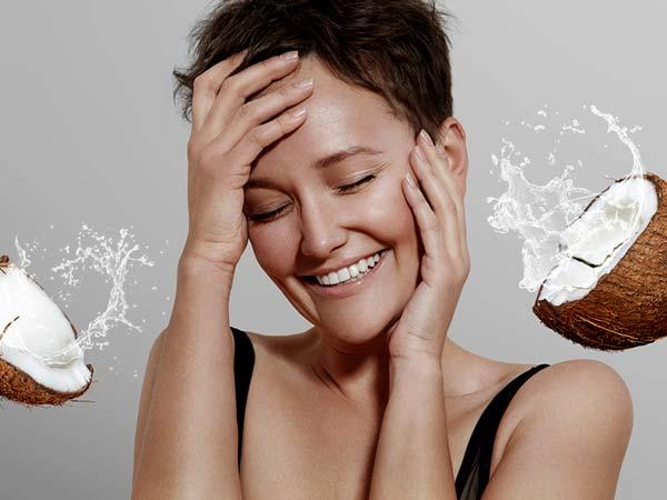 Mengapa Anda Harus Mencuci Muka Dengan Air Kelapa Pada Musim Panas?