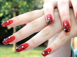 Виставляйте напоказ свої червоні нігті мистецтвом цього V дня!