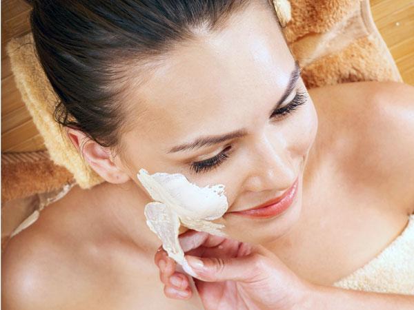 त्वचा को हल्का करने के लिए केसर का उपयोग करने के तरीके