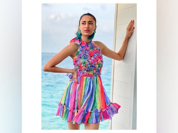 एरिका फर्नांडिस की स्टनिंग पिक्चर्स मालदीव्स इन बैकलेस कलरफुल ड्रेसेज़ लिफ़्ट अप यू होली मूड