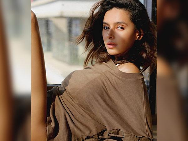 Modelka, ktorá sa stala herečkou Shibani Dandekar, sa chystá topless kvôli foteniu