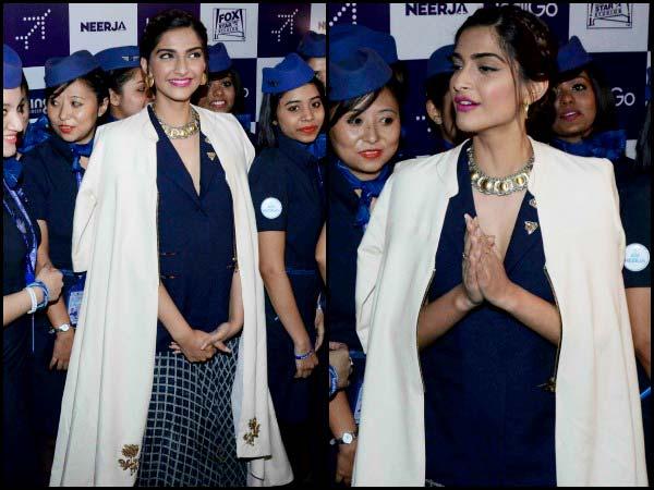 Сонам святкує Нірджу із посохом Індіго у чорнильній блакитній спідниці