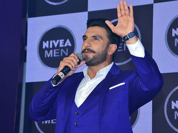 Ranveer Singh- მა გააკვირვა სამეფო ცისფერი კოსტუმითა და თეთრი სპორტული ფეხსაცმლით