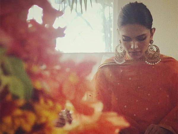 Deepika Padukone begynder hendes bryllupsfest med et orange-farvet etnisk slid