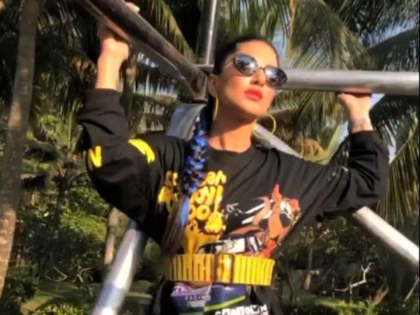 Komplet črno natisnjenih koledarjev Sunny Leone je čudovit, toda njena modro poudarjena pletenica ni mogoča!