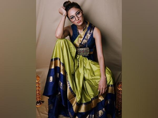 Erica Fernandes 'Pretty Look In Her Light Olive Green Saree løfter dit humør denne Navaratri