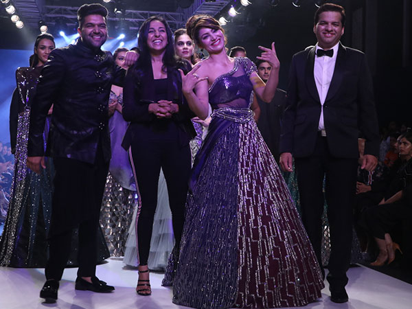 Etnisks vai moderns: kurš Urvashi Rautela izskats bija lieliskāks 2018. gada Bombay Times modes nedēļā