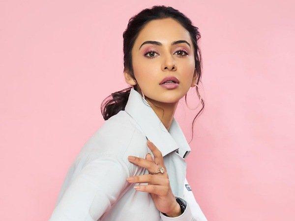 Rakul Preet Singh je udoben in eleganten v obleki v beli majici v višini 14.500 INR na prireditvi teniške premier lige