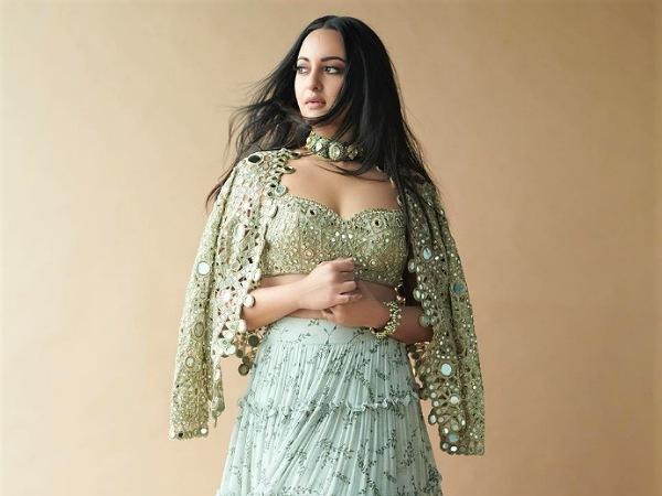 Το σετ φούστα με κλιμακωτή φούστα Olive Green της Sonakshi Sinha θα έκανε την ομορφότερη και κομψή στολή γάμου
