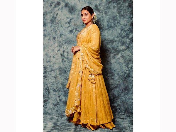 Vidya Balan sorprèn amb el seu vestit Anarkali daurat però el seu aspecte de vestit és encara més impressionant
