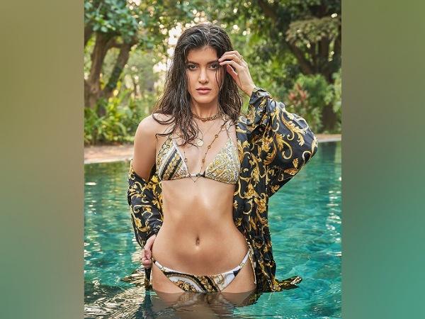 Shanaya Kapoor Qhia Tawm Ntawm Nws Sizzling Zoo Li Nws Tshaj Tawm Nws Kev Ua Si Nrog Karan Johar's Dharma Productions