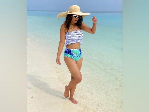 As novas imaxes de Hina Khan de Maldivas en traxes de praia de cores están marcando grandes obxectivos de vacacións