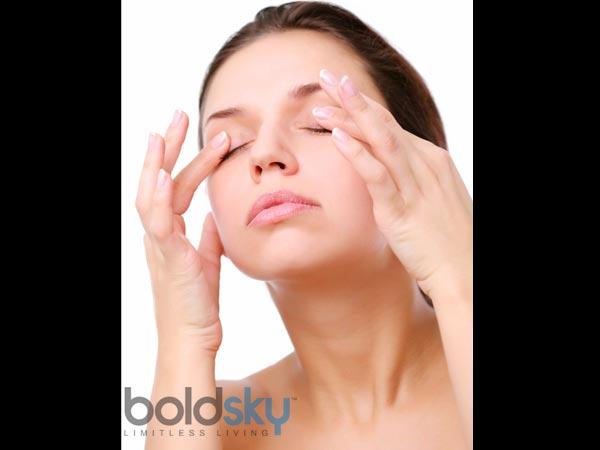 5 učinkovitih in preizkušenih načinov odstranjevanja prašnih delcev iz oči