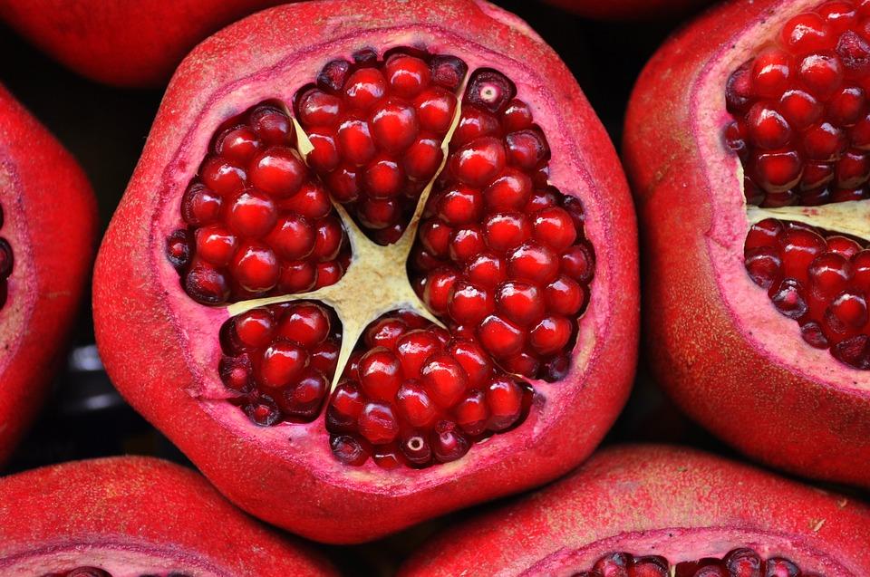 14 Cov Khoom Noj Qab Haus Huv Pomegranates Rau Tawv, Plaub Hau & Kev Noj Qab Haus Huv