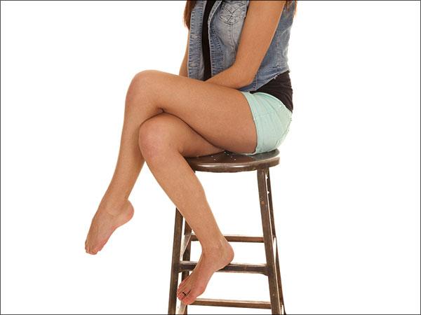 Чому нездорово схрещувати ноги сидячи?