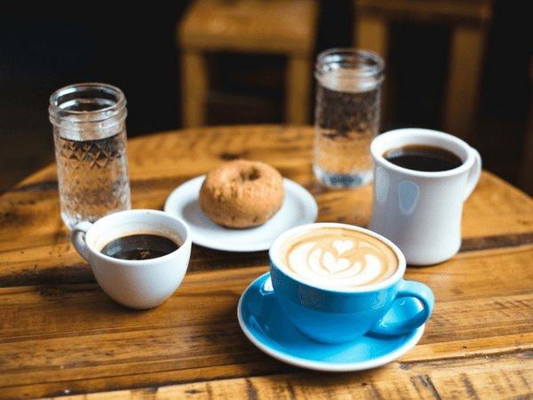 कौन एक बेहतर है? नियमित कॉफी या ब्लैक कॉफी