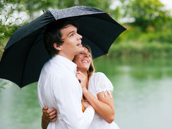 Tipy pre romantiku v daždi pre manželské páry